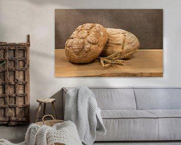 stilleven van twee broden in een bakkerij op een houten broodplank van ChrisWillemsen