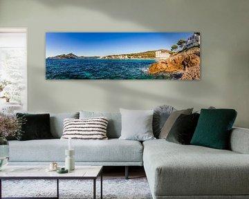 Panorama uitzicht op kustlijn baai in Sant Elm Mallorca van Alex Winter