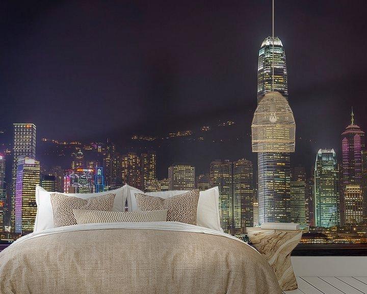 Sfeerimpressie behang: Hongkong: concrete jungle by night van Martijn Barendse