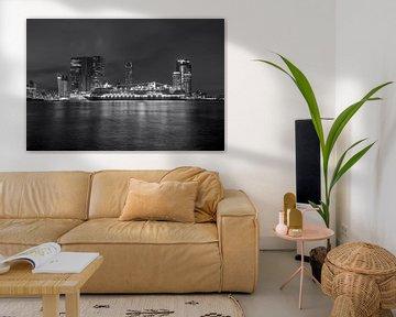 Ligne d'horizon de Rotterdam avec le bateau de croisière 'Rotterdam VII' en noir et blanc