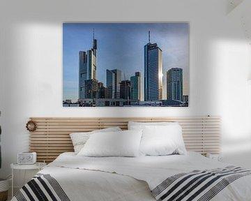 skyline van Frankfurt in zonlicht van Fotos by Jan Wehnert