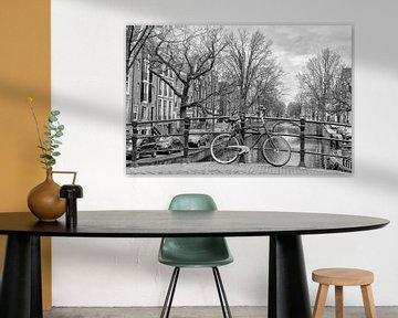 Ein Fahrrad auf einer Brücke in Amsterdam.  von Don Fonzarelli
