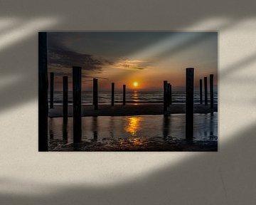 Het Palendorp in Petten vlak voordat de zon ondergaat in de Noordzee. van Jaap van den Berg