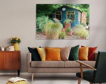 Tuinhuis met bakken beplant met grassen von Susan Dekker
