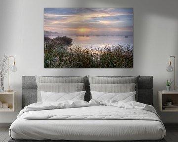 Mistige zonsopkomst boven Dwingelderveld van Fotografiecor .nl