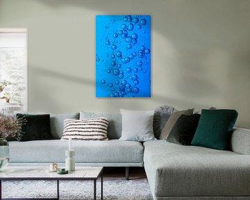 Water met luchtbellen van Peter van den Berg