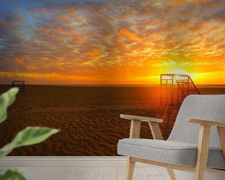 Sfeerimpressie behang: Voetbalveld bij op het strand bij zonsondergang van Michel van Kooten