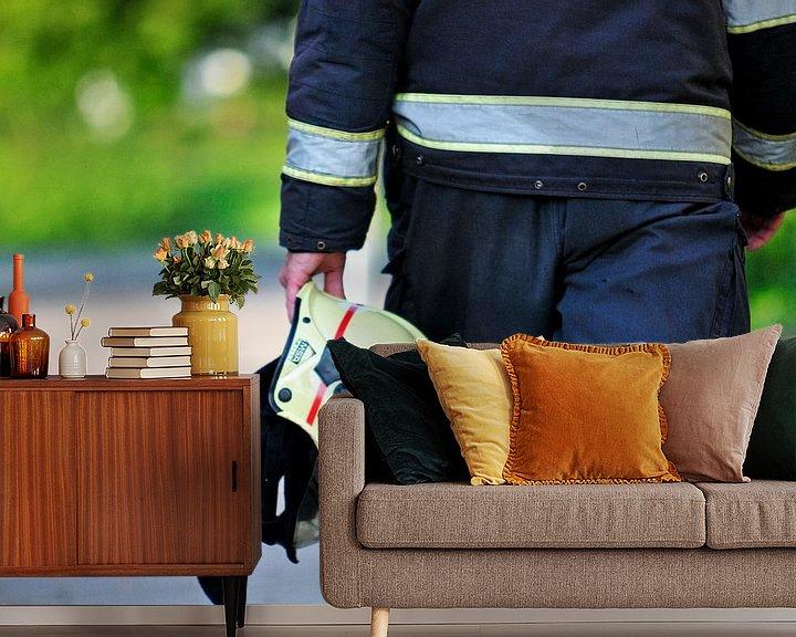 Sfeerimpressie behang: Brandweerman loopt met helm van Arjan Penning
