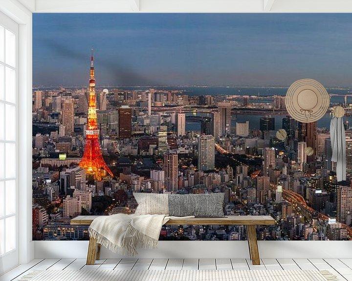 """Sfeerimpressie behang: Uitzicht op de Tokyo Tower tijdens """"blue hour"""" van Juriaan Wossink"""