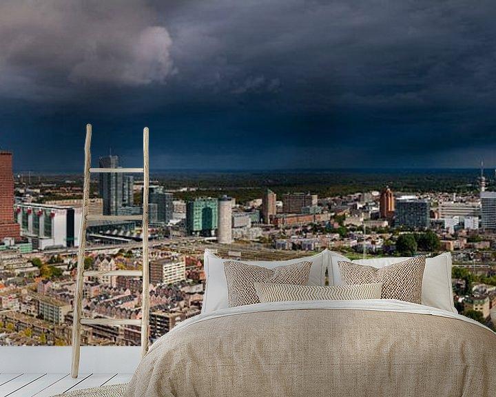 Sfeerimpressie behang: Donkere wolken boven Den Haag van Anton de Zeeuw
