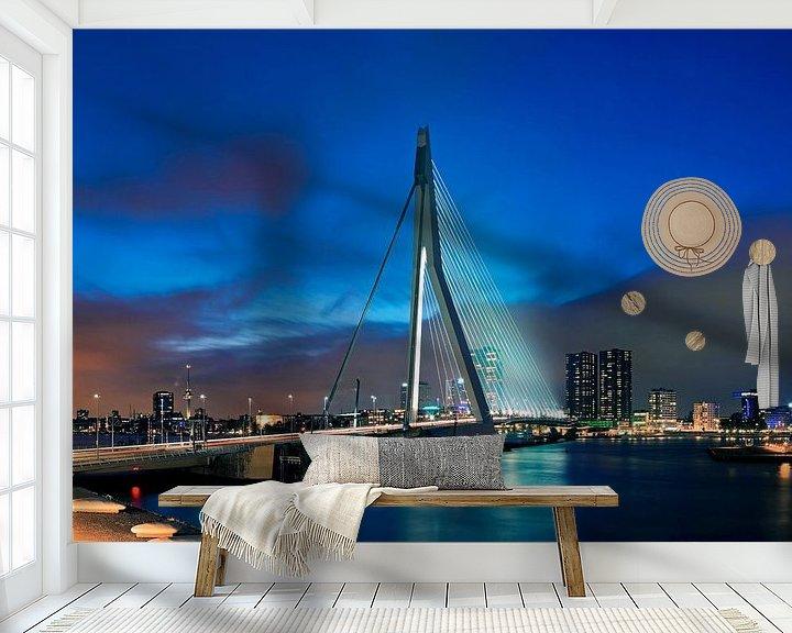 Sfeerimpressie behang: Erasmusbrug in de nacht te Rotterdam van Anton de Zeeuw