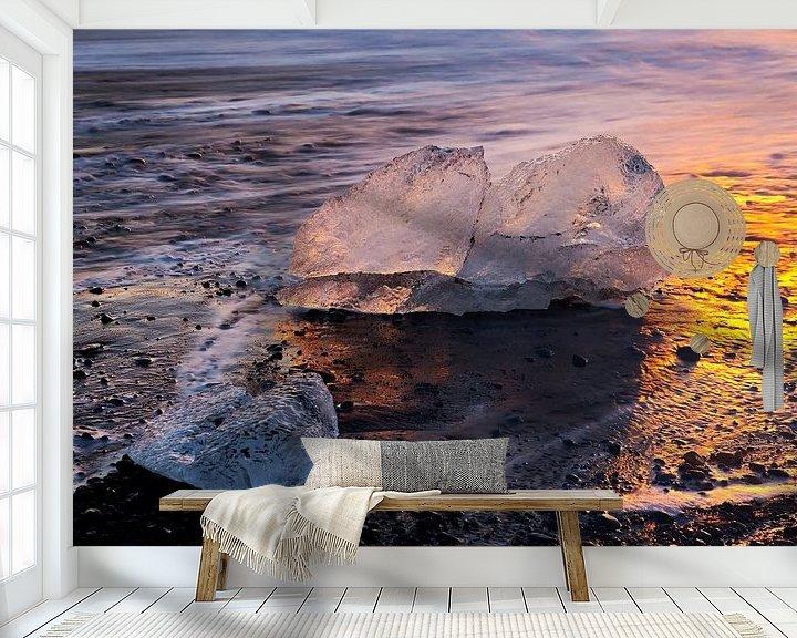 Sfeerimpressie behang: IJsblokken op het strand te IJsland van Anton de Zeeuw