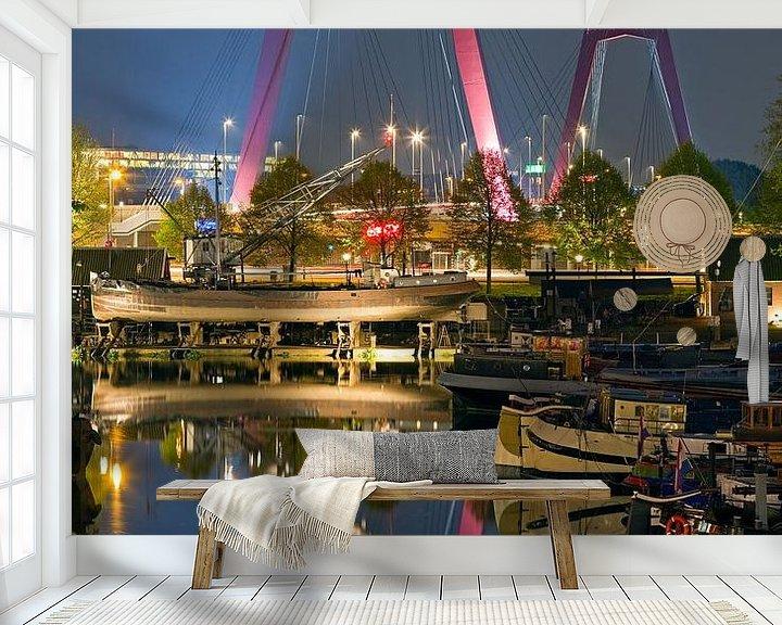 Sfeerimpressie behang: Reflectie Willemsbrug te Rotterdam van Anton de Zeeuw