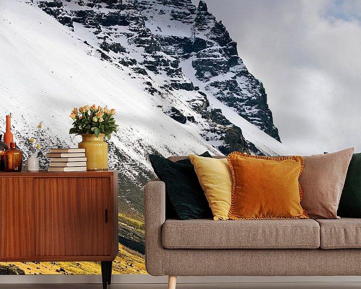 Sfeerimpressie behang: Besneeuwde berg te IJsland van Anton de Zeeuw