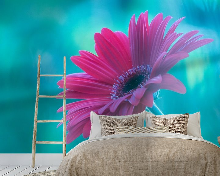 Sfeerimpressie behang: Pink Gerbera van bird bee flower and tree