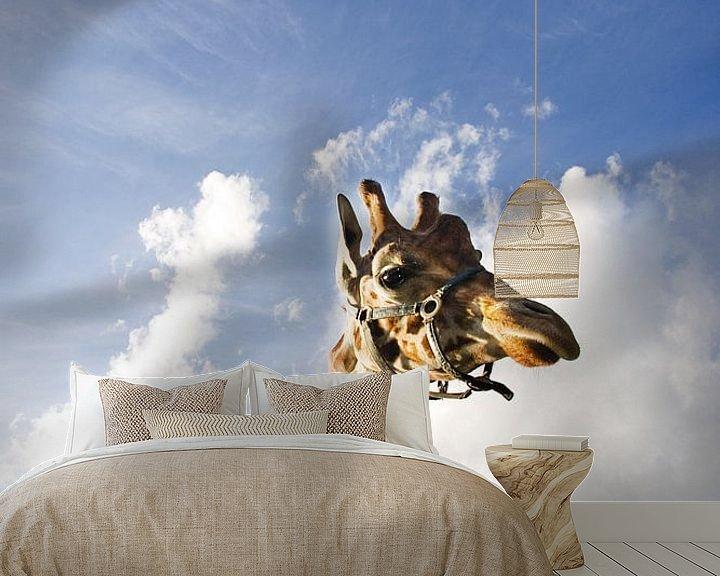 Sfeerimpressie behang: Giraffe vs hollandse lucht van Gwen Mustamu