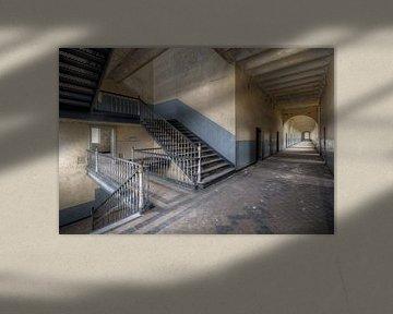 Kasernenflur mit Treppenhaus von Roman Robroek