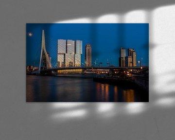 skyline van rotterdam bij zonsondergang met maan van Ilya Korzelius